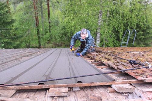 Antti ruuvaa sateessa